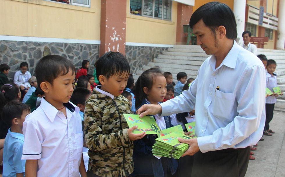 Đại diện lãnh đạo Công ty TNHH MTV Esquire Kids trao quà tết cho học sinh nghèo huyện Cần Giờ.